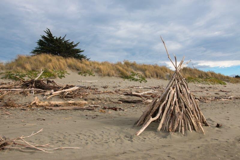 Schuilplaats van takken op verlaten strand royalty-vrije stock foto's