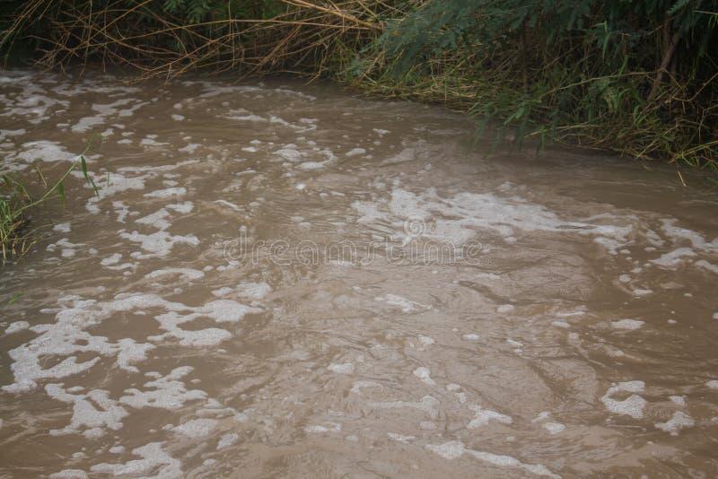 Schuim van Watervervuiling in kanaal royalty-vrije stock fotografie