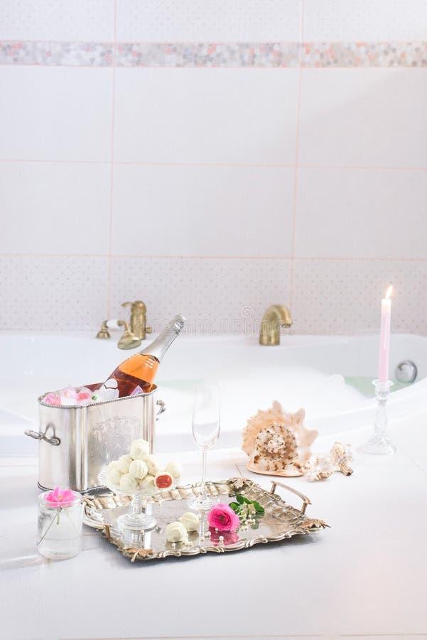 Schuimbad met champagne royalty-vrije stock afbeelding