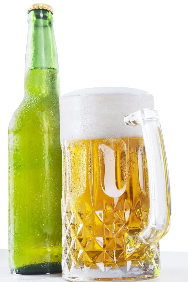 Schuimend bier in de glazen en de fles royalty-vrije stock afbeelding