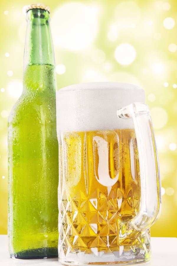 Schuimend vers bier in het glas en de fles royalty-vrije stock afbeelding