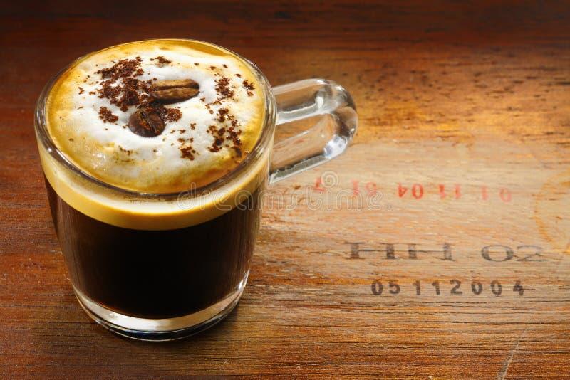 Schuimende kop van cappuccino'skoffie royalty-vrije stock foto