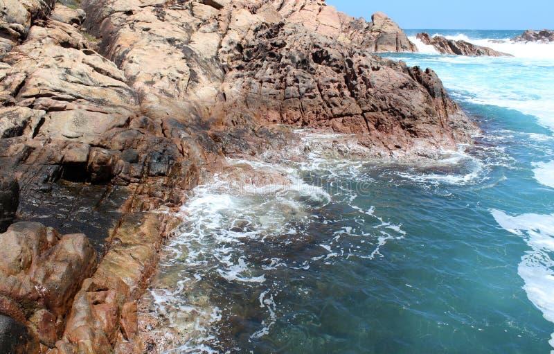 Schuimende wateren in de rotsen Van het West- kanaal Australië stock fotografie