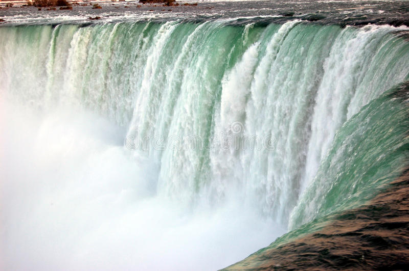 Schuimende wateren van Niagara-Dalingen stock fotografie
