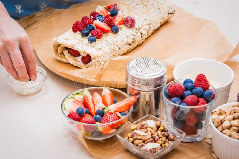 Schuimgebakjebroodje met bessen en pistaches stock afbeelding