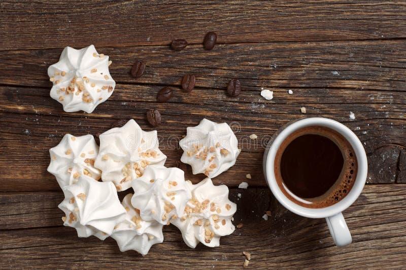 Schuimgebakjekoekjes en koffie royalty-vrije stock afbeelding