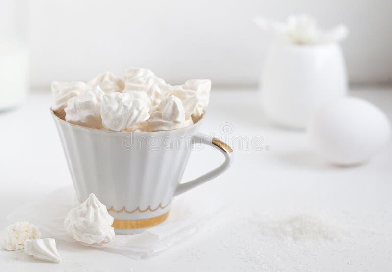 schuimgebakjes Eiwitsuikercake voor thee of koffie stock foto's