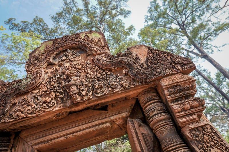 Schuine die hoek van de tempeldeuropening van Banteay Srei of van Banteay Srey wordt geschoten, royalty-vrije stock afbeeldingen