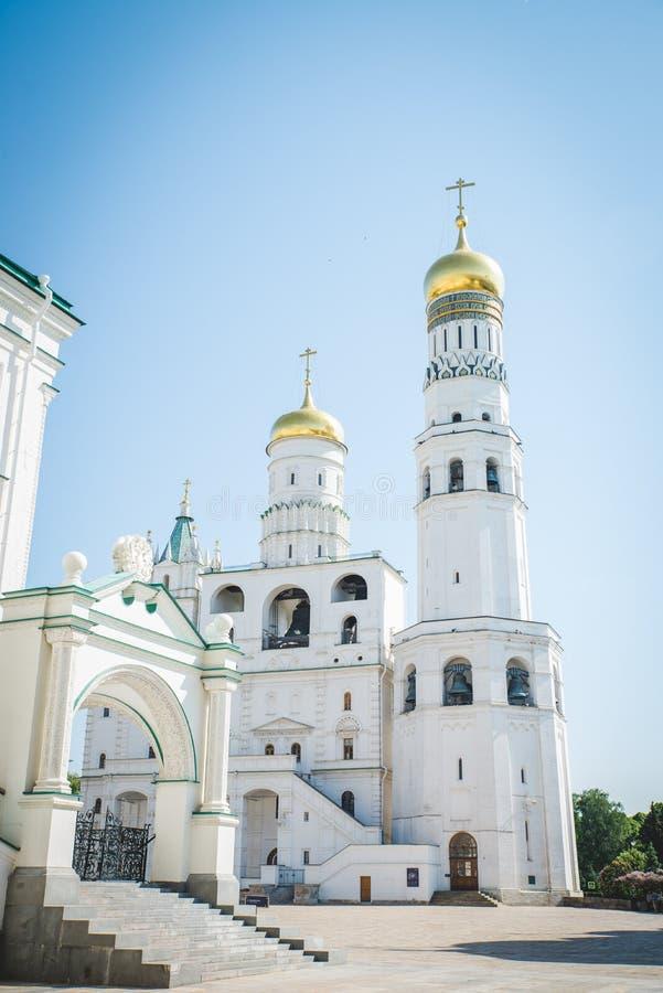 Schuine stand neer op Ivan de Grote Klokketorenkathedraal binnen Moskou het Kremlin met wolken en blauwe hemel op achtergrond stock foto's