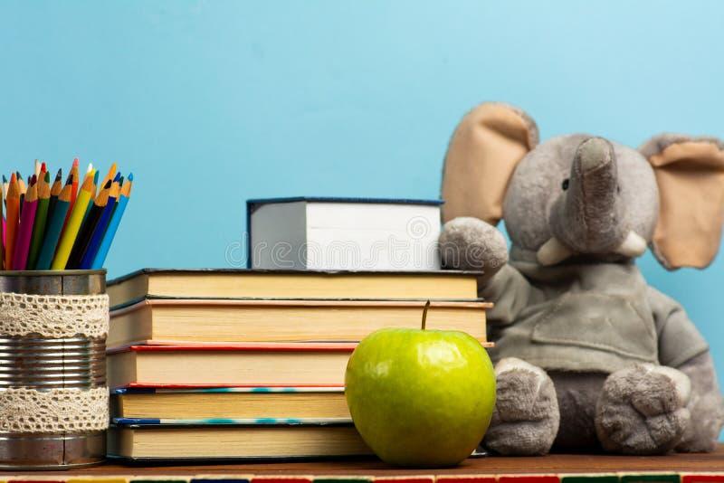 Schulabstrakte vor der Tafel lizenzfreies stockfoto