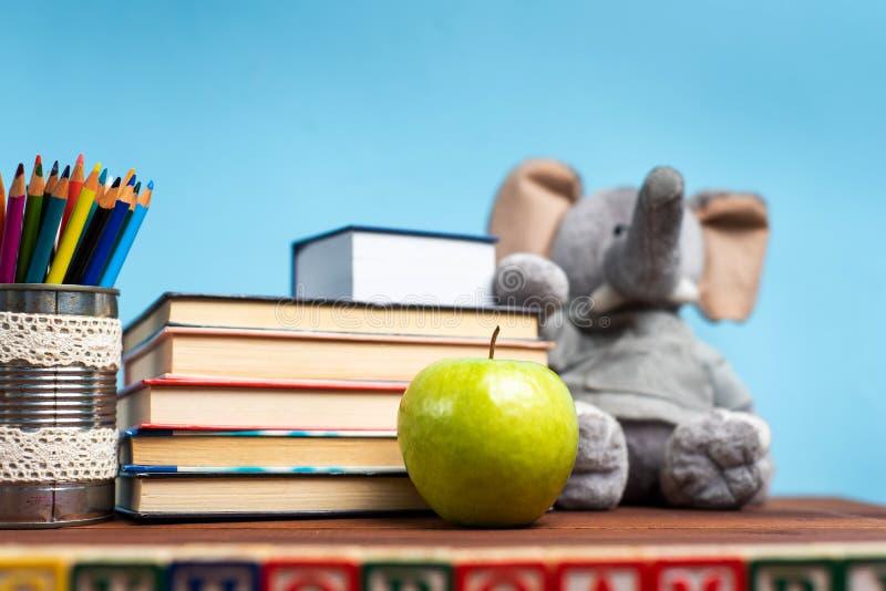 Schulabstrakte vor der Tafel lizenzfreie stockfotografie
