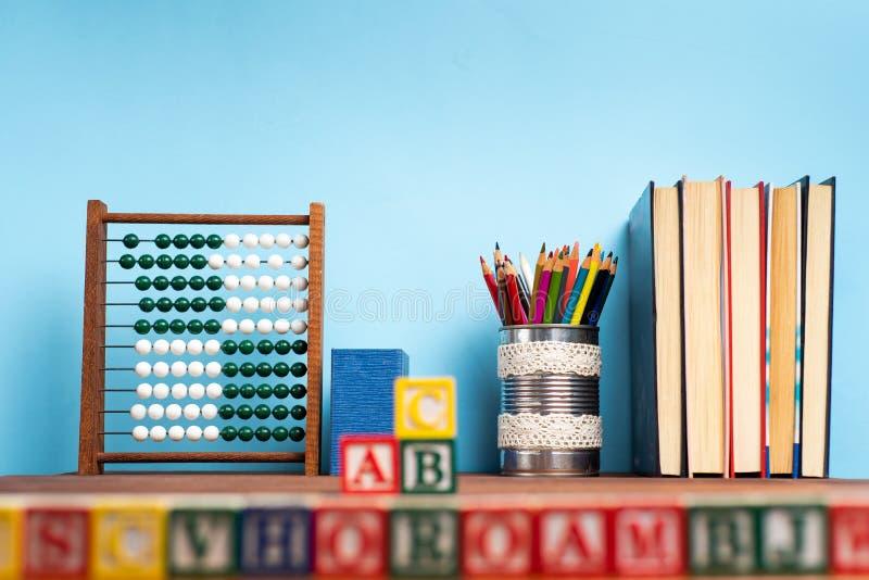 Schulabstrakte vor der Tafel stockfotos