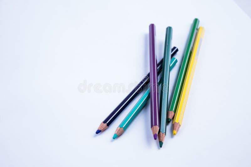 Schulausrüstung: farbige pensils auf weißem Hintergrund stockfotos
