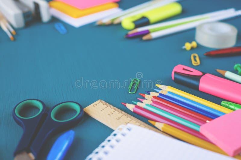Schulbedarf auf blauem Hintergrund lizenzfreies stockbild