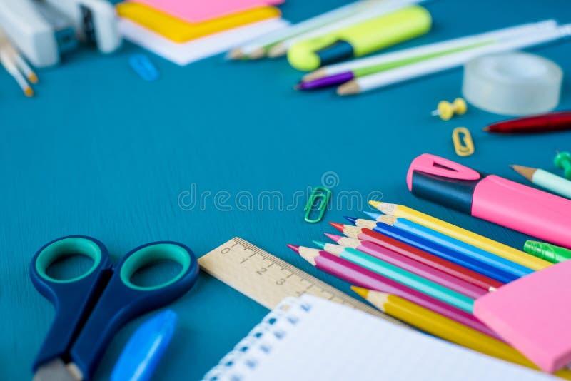 Schulbedarf auf blauem Hintergrund lizenzfreie stockbilder