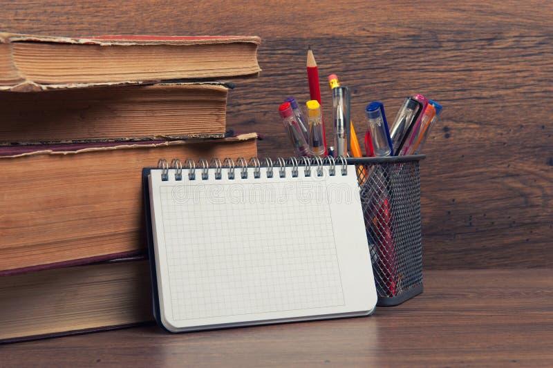 Schulbedarf auf einem Schreibtisch stockfotografie
