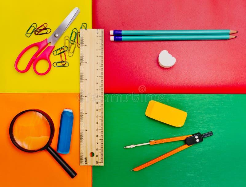 Schulbedarf auf mehrfarbigem Hintergrund stockbild