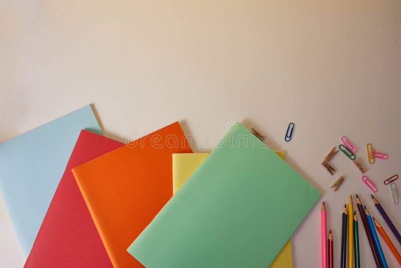 Schulbedarf mit bunten Bleistiften und Notizbüchern stockfotos