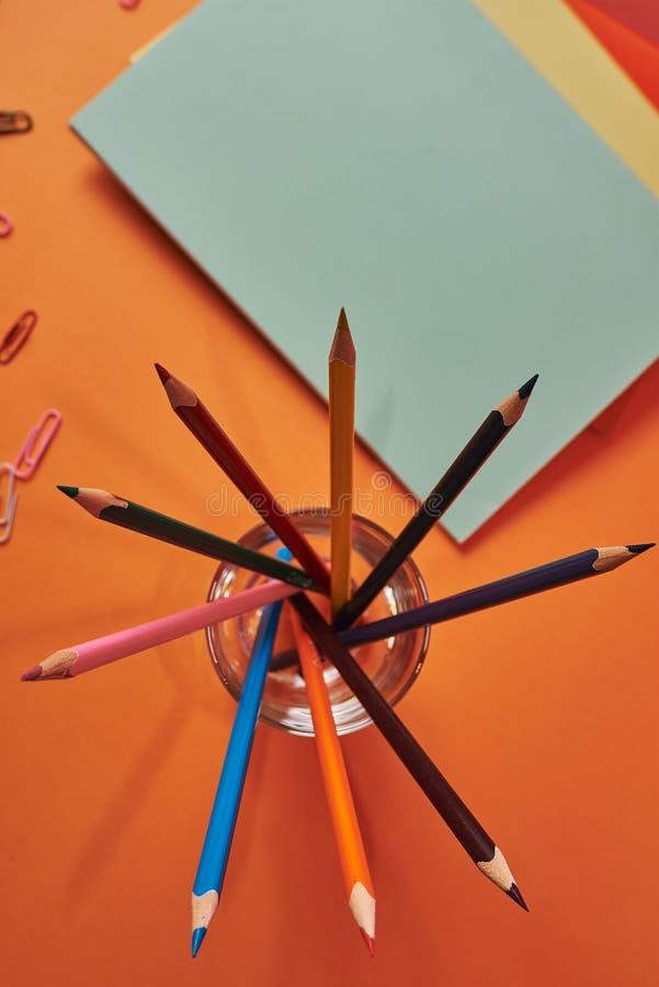 Schulbedarf mit bunten Bleistiften und Notizbüchern lizenzfreies stockfoto