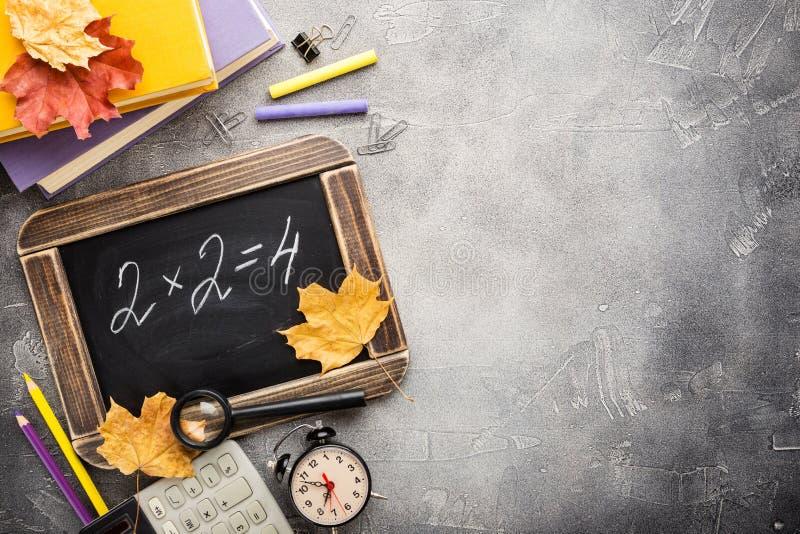 Schulbedarf und Tafel lizenzfreie stockfotos