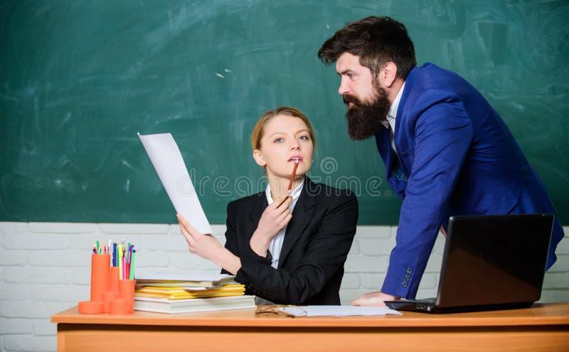 Schulbildung Bereiten Sie sich f?r Schullektion vor Improve unterrichtende F?higkeit Beraten Sie sich mit Kollegen Helfen Sie mir stockfotos