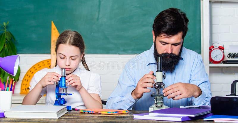 Schulbildung Extra-Klassen Konzept kognitiver Fähigkeiten Schulmädchen lernt gerne mit Vater fleißig studieren Folgende lizenzfreie stockfotos