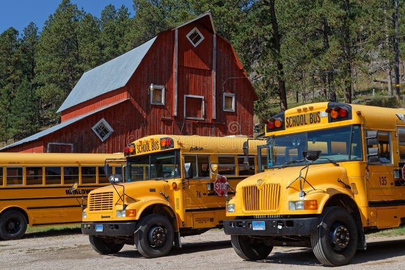 Schulbusse im Yard eines alten Bauernhofes stockfotos