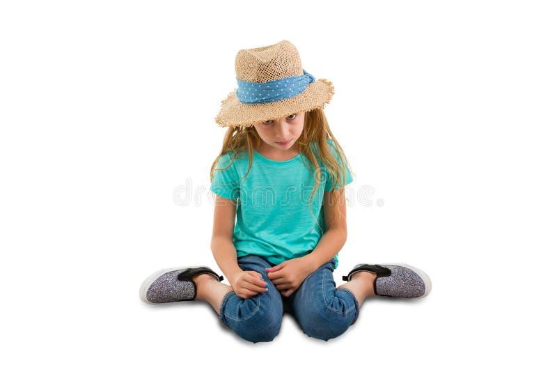 Schuldige meisjezitting met haar gebogen hoofd stock afbeeldingen