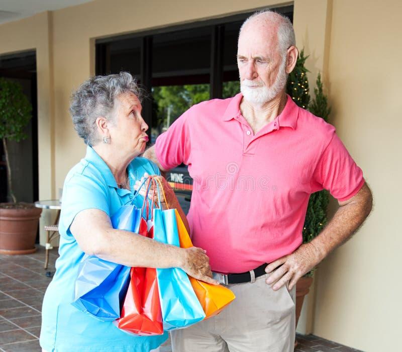 Schuldiger älterer Käufer und Ehemann stockbilder