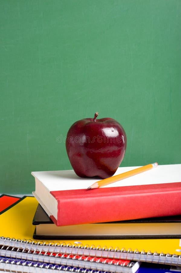 Schule-Bücher und ein Apple stockbilder