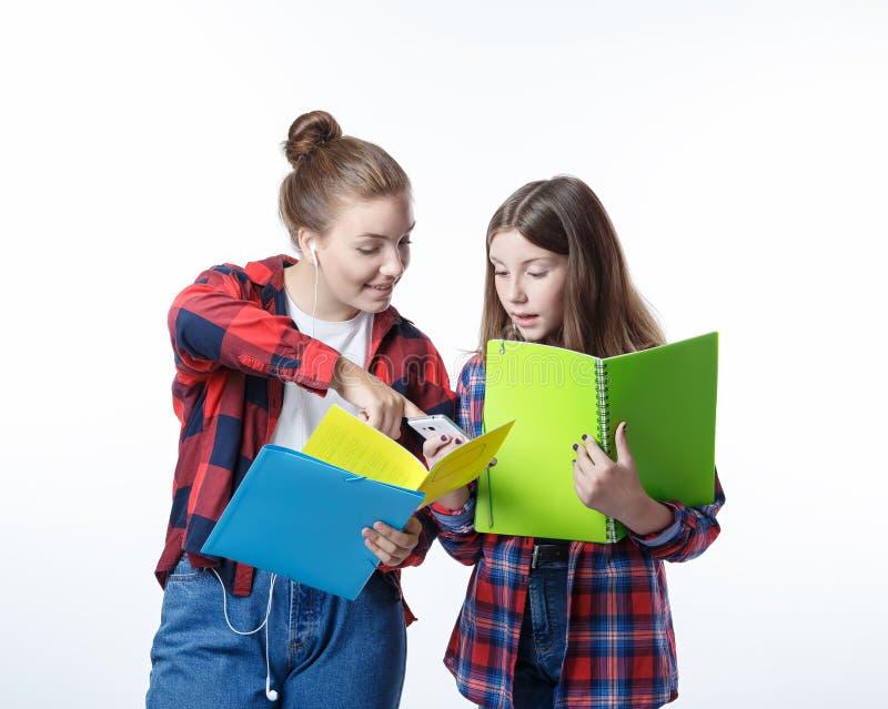 Schule-colledge Jugendlichmädchen mit stationären Buchnotizbüchern stockfotografie