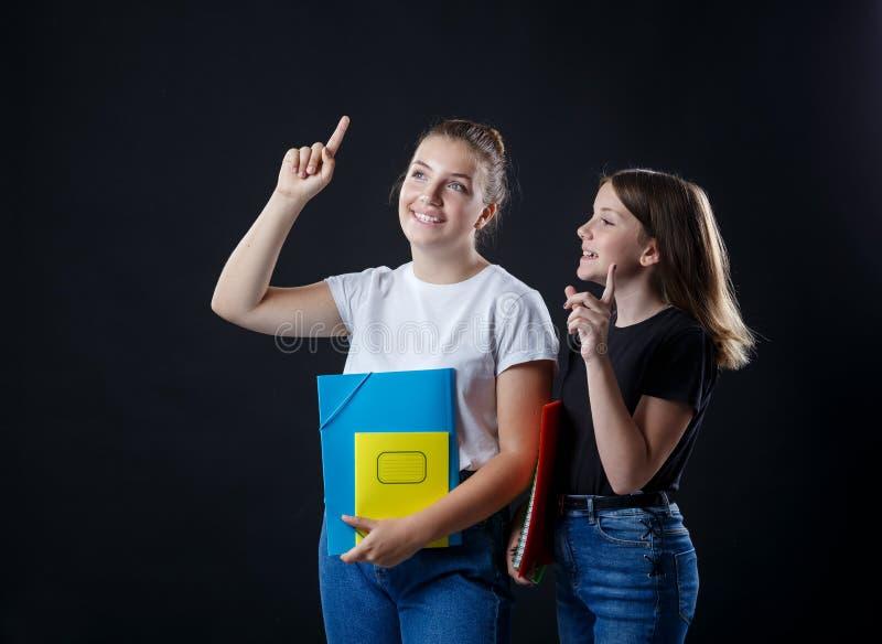 Schule-colledge Jugendlichmädchen mit stationären Buchnotizbüchern stockbild