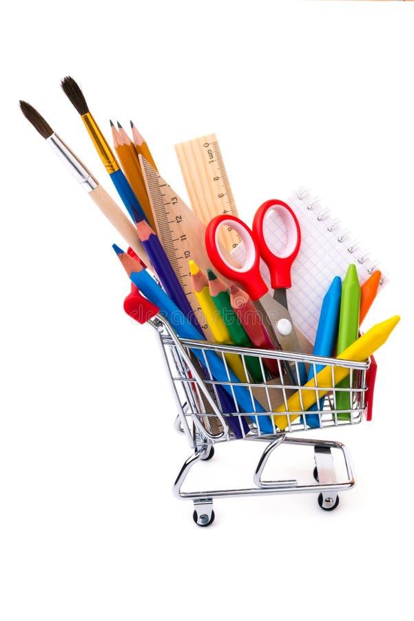 Schule oder Büroartikel, Ziehwerkzeuge in einem Einkaufswagen stockbilder