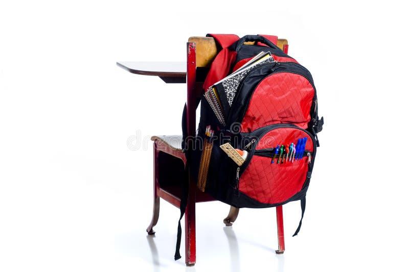 Schule-Schreibtisch mit Rucksack stockfoto