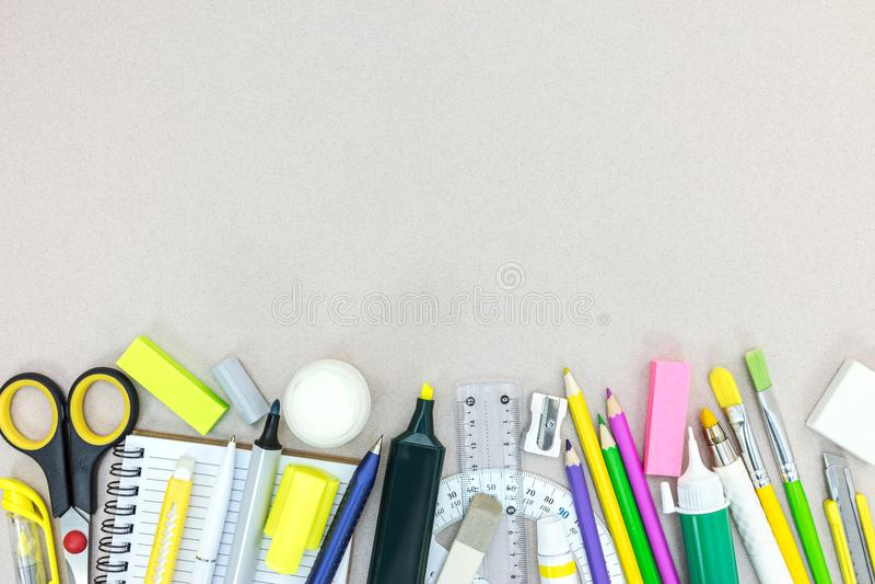 Schule stationär und Zubehör auf grauem Hintergrund stockfotografie