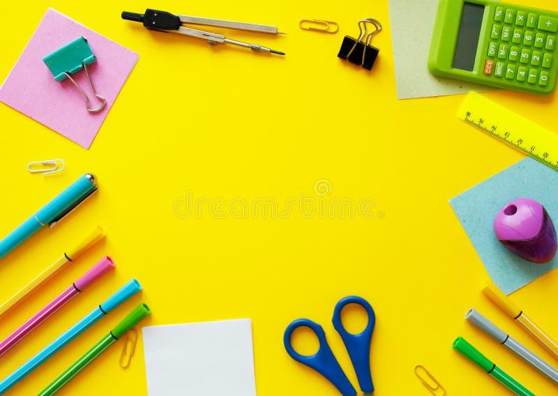 Schule-Zubeh?r auf gelbem Hintergrund Zur?ck zu Schulkonzept mit Raum f?r Text Beschneidungspfad eingeschlossen Kopieren Sie Plat stockfotografie