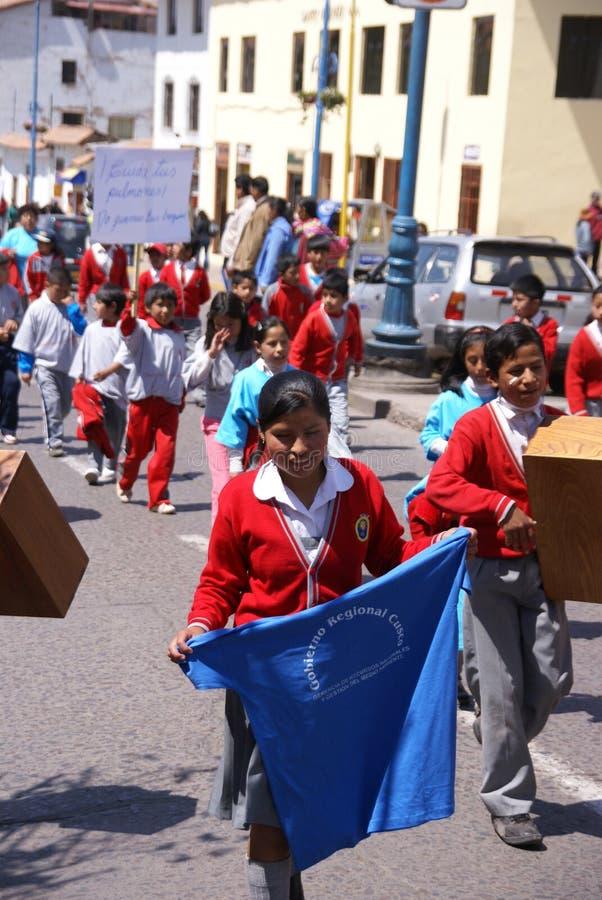 Schulekinder, die Fahnen tragen stockbild