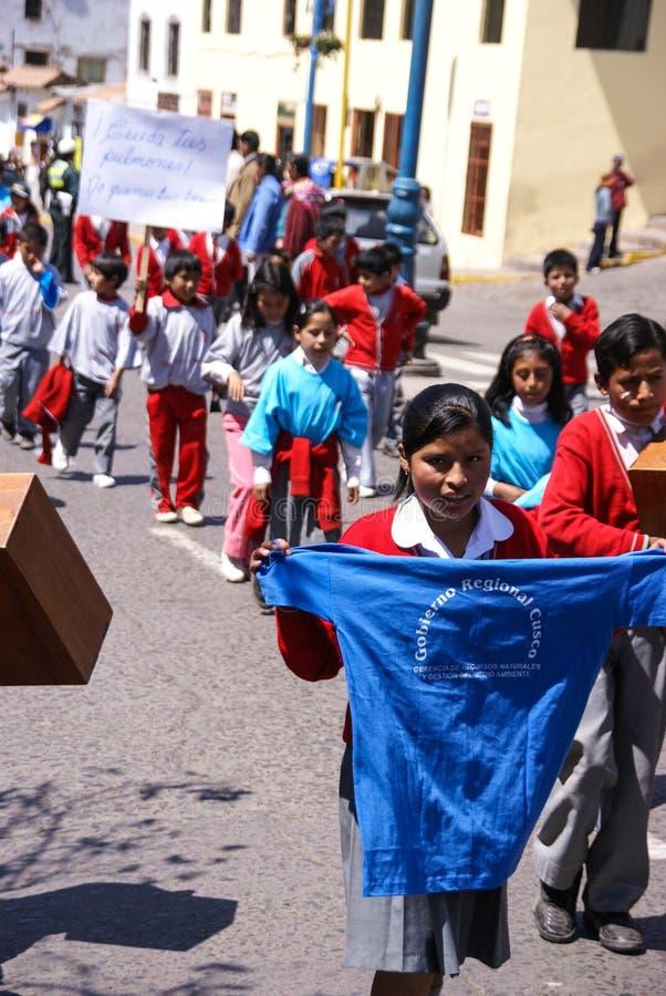 Schulekinder, die Fahnen tragen stockbilder