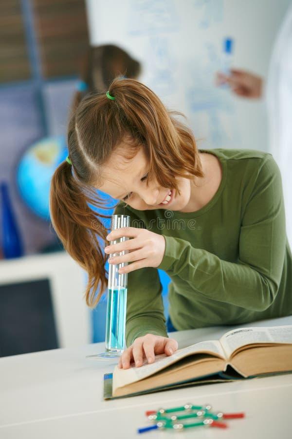 Schulemädchen mit Reagenzglas stockfotografie