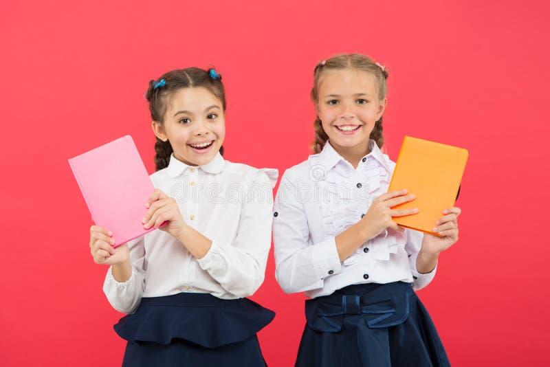 Schulen Sie Briefpapier Nettes studierendes Briefpapier des Kaufes zum Spa? M?dchen ber?hmt f?r Obsession mit Briefpapier M?dchen lizenzfreie stockfotografie