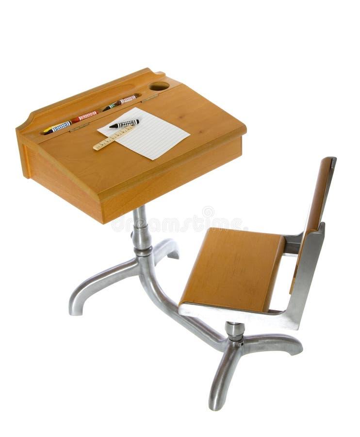 Schulen Sie Schreibtisch mit Zeichenstiften, Tabellierprogramm und Papier stockfoto