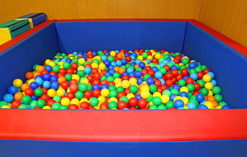 Schulen Sie Turnhalle im Kindergarten mit vielen farbigen Bällen lizenzfreie stockfotografie