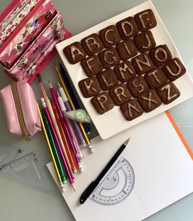 Schulgegenstände, Stifte, Notizbuch, Bleistiftkasten lizenzfreies stockbild