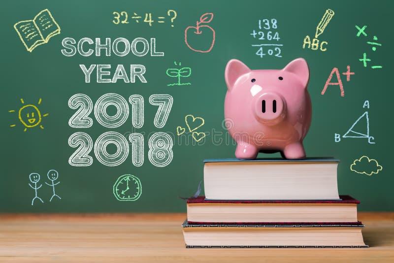 Schuljahr 2017-2018 mit rosa Sparschwein lizenzfreie stockfotografie