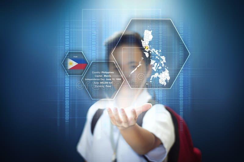 Schuljunge, der Tatsachen über die Philippinen durch Hologrammtechnologie des virtuellen Schirmes zeigt lizenzfreie stockfotografie