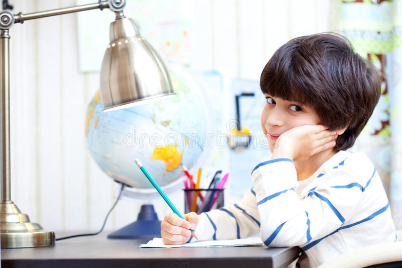 Schulkind, das Hausarbeit tut stockbilder