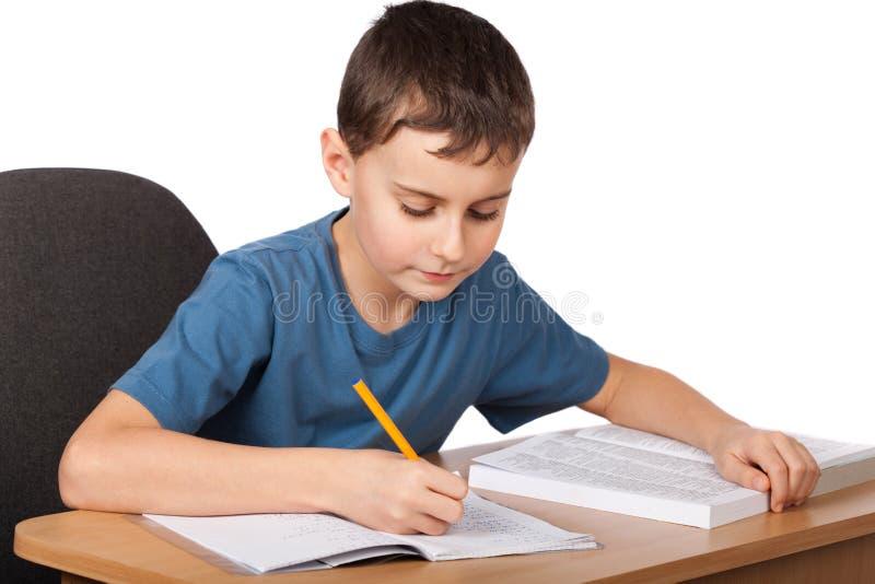 Schulkind, das Heimarbeit tut stockbild