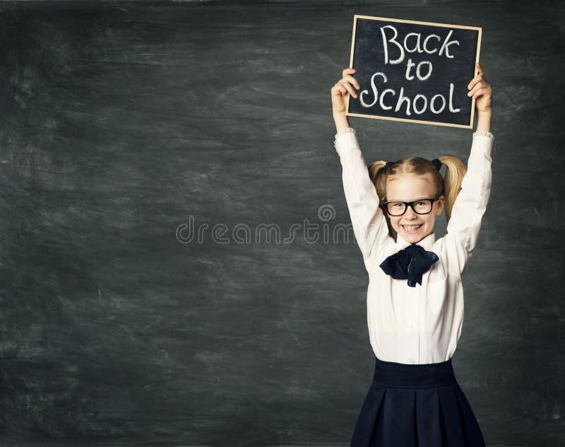 Schulkind-Mädchengriff Tafel, zurück zu Schule, Kinderschwarzes Brett lizenzfreies stockbild