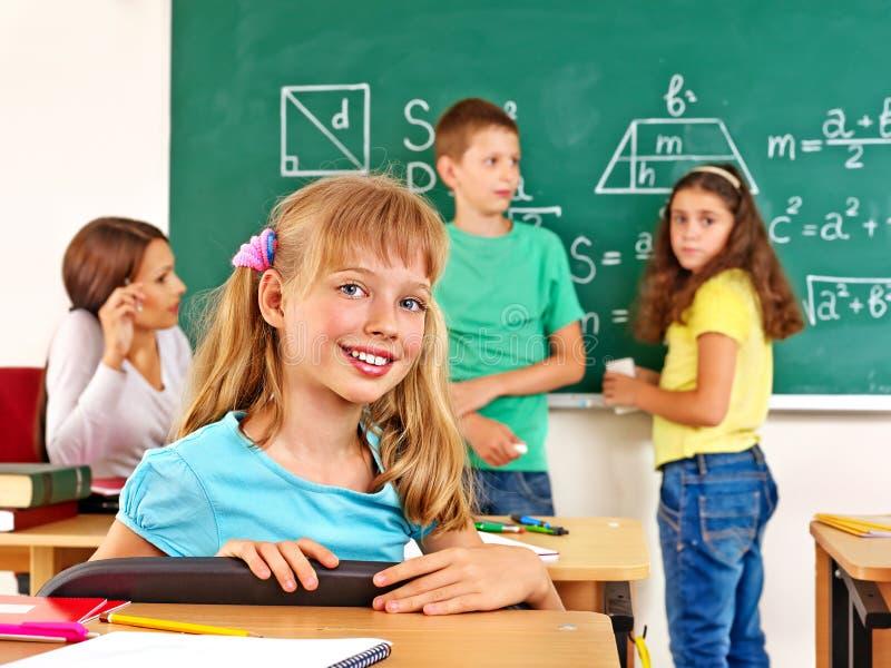 Schulkind mit Lehrer stockfotografie