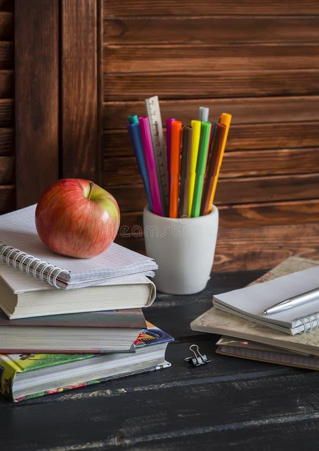 Schulkind- und Studentenstudienzubehör Bücher, Notizbücher, Notizblöcke, färbten Bleistifte, Stifte, Machthaber und einen frische lizenzfreies stockbild